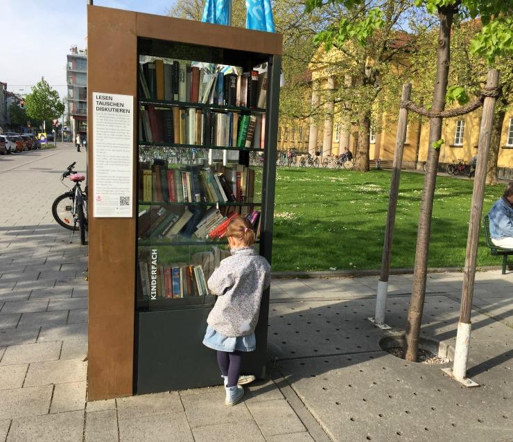 offener Bücherschrank in Schwabing